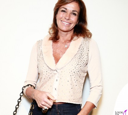 Cristina Parodi sfilata Blumarine Milano Fashion Week cardigan Blu V borsa Leslie orologio Santos Cariter