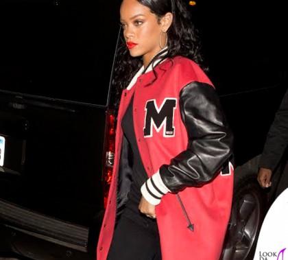 Rihanna giacca Moschino pantaloni CitizensOfHumanity scarpe Converse borsa MiuMiu