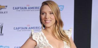 Scarlett Johansson abito Armani Privé scarpe Christian Louboutin orecchini Van Cleef and Arpels