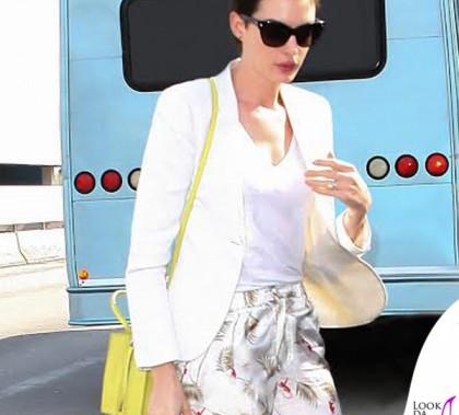 Anne Hathaway borsa A4 Papier Balenciaga borsa Bright Diamante Gucci calzoni Piamita occhiali Christian Dior
