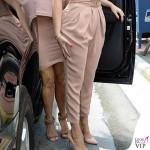Kim Kardashian abito e sandali Alaia dolcevita Kardashian Kollection clutch Dolce&Gabbana Khloe Kardashian tuta Elisabetta Franchi décolleté Gianvito Rossi 2