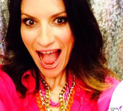 Laura Pausini camicia pantaloni Armani scarpe Francesca Mambrini collana Stellina Fabbri 3