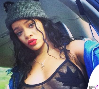 Rihanna costume Minimale Animale parka Marques'Almeida cappello Silver Spoon Attire sneakers Converse All Star gioielli e clutch Jacquie Aiche anello Lynn Ban