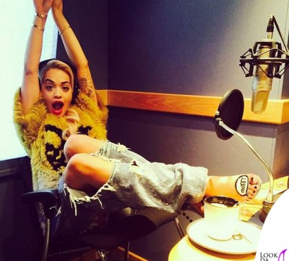 Rita Ora top Just Cavalli jeans Ashish sandali Sophia Webster 3