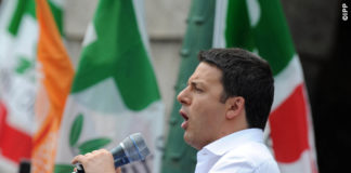 Matteo Renzi Comizio Bergamo camicia bianca