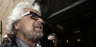 Beppe Grillo alla Camera coi suoi occhiali firmati Beppe Grillo