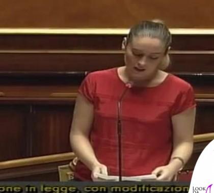 Maria Elena Boschi maglia rossa coda di cavallo