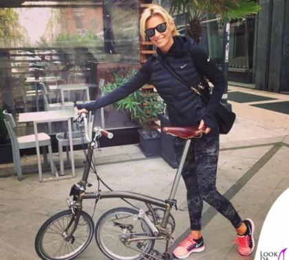 Federica Fontana bici Brompton sneakers leggings piumino Nike borsa Prada