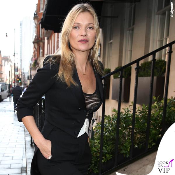 Kate Moss giacca Bella Freud pantaloni Saint Laurent scarpe Loubutin borsa Bulgari 3