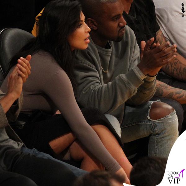 Kim Kardashian body Woldford gonna J.W.Anderson sandali Givenchy pantaloncini Spanx Kanye West 3