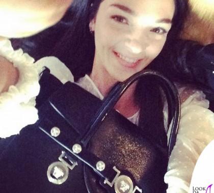 Mariacarla Boscono borsa Versace Signature