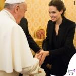 Angelina Jolie udienza Papa Francesco cappotto Saint Laurent 3