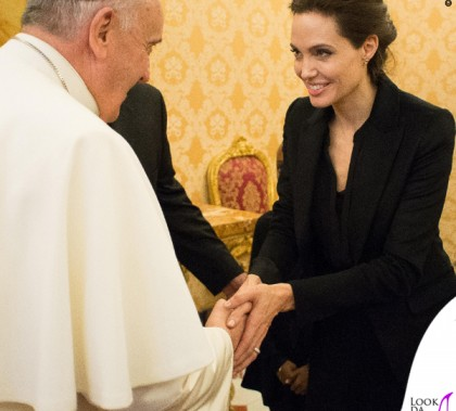 Angelina Jolie udienza Papa Francesco cappotto Saint Laurent 3