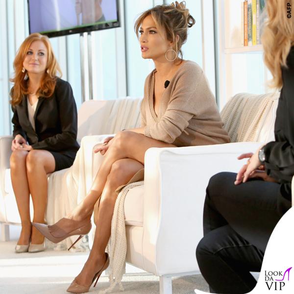 Jennifer Lopez maglia Brunello Cucinelli gonna Enza Costa scarpe Louboutin orecchini Lana Jewelry 2