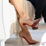 Jennifer Lopez maglia Brunello Cucinelli gonna Enza Costa scarpe Louboutin orecchini Lana Jewelry 4
