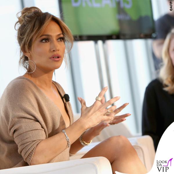 Jennifer Lopez maglia Brunello Cucinelli gonna Enza Costa scarpe Louboutin orecchini Lana Jewelry 8