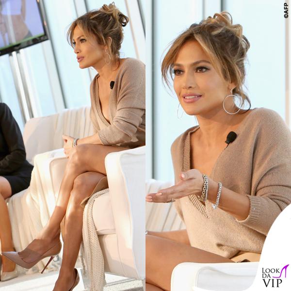 Jennifer Lopez maglia Brunello Cucinelli gonna Enza Costa scarpe Louboutin orecchini Lana Jewelry 9