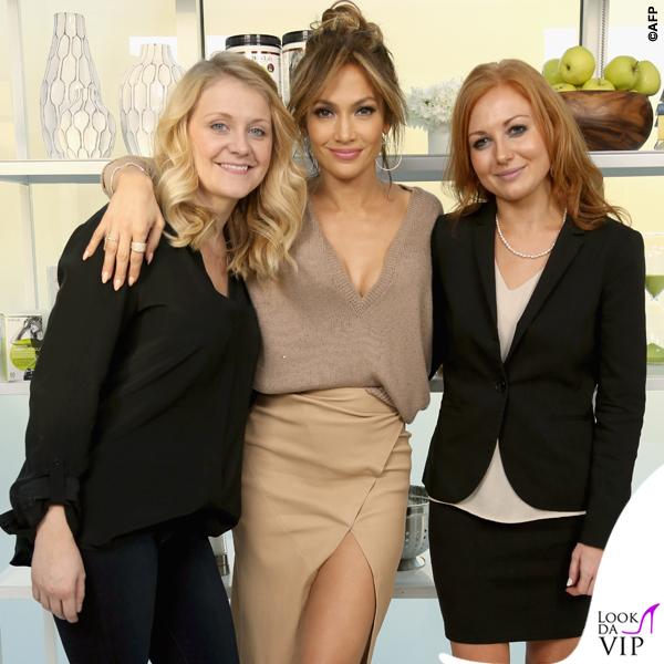 Jennifer Lopez for Body Lab maglia Brunello Cucinelli gonna Enza Costa scarpe Louboutin orecchini Lana Jewelry