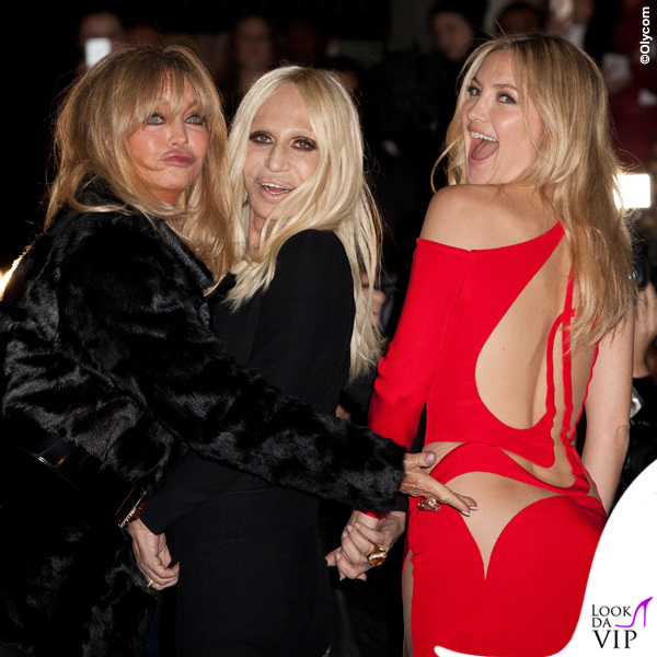 PFW sfilata Versace Goldie Hawn Donatella Versace Kate Hudson abito Versace