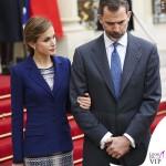 Regina di Spagna Letizia Ortiz visita Francia abito clutch Felipe Varela scarpe Magrit