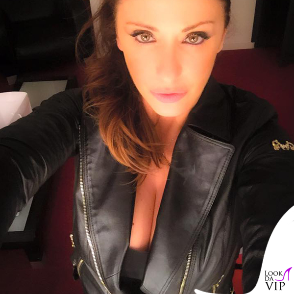 Sabrina Salerno selfie chiodo Ean 13
