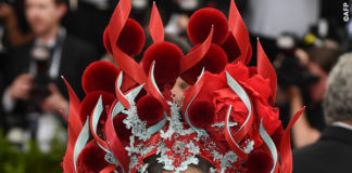 Sarah Jessica Parker Met Gala 2015 abito H&M copricapo Philip Treacy