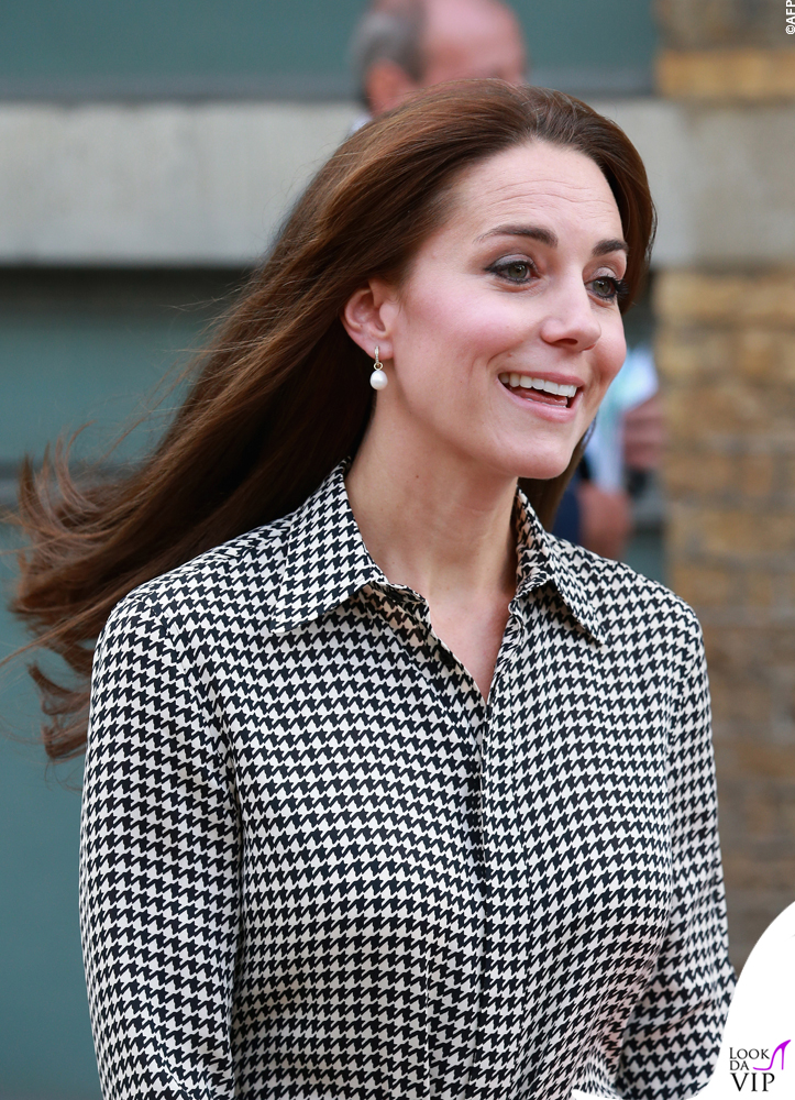 e8b085a702 Kate Middleton abito Ralph Lauren scarpe Stuart Weitzman clutch ...