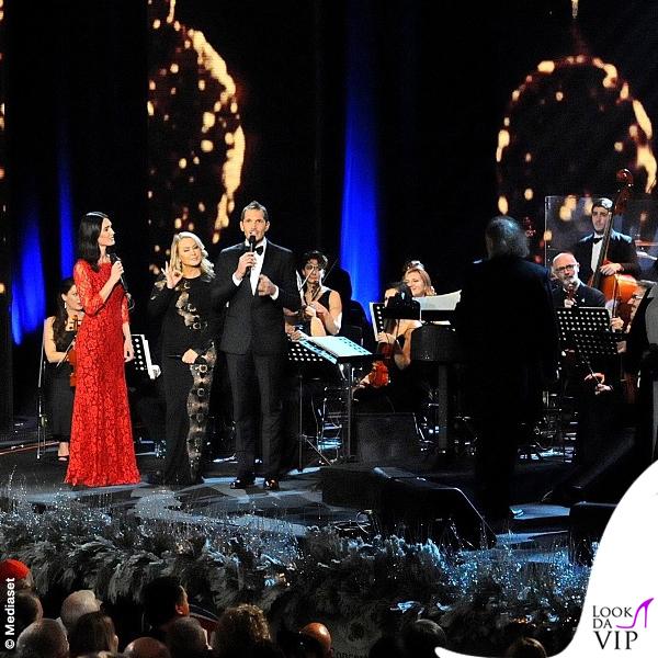 Concerto di Natale Canale 5 Silvia Toffanin abito Diane Von Fustemberg Anastacia abito Mimi Tran Alvin