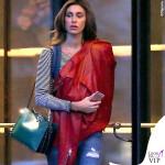 Belen Rodriguez chiodo rosso borsa Valentino scarpe Nike 2