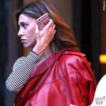 Belen Rodriguez chiodo rosso borsa Valentino scarpe Nike 3