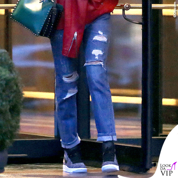 Belen Rodriguez chiodo rosso borsa Valentino scarpe Nike 4