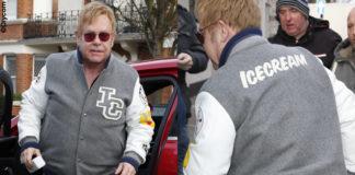 Elton John giacca BBC pantaloni Adidas sneakers Asics