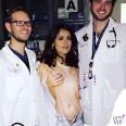 Salma Hayek pronto soccorso tshirt Mani seno 3