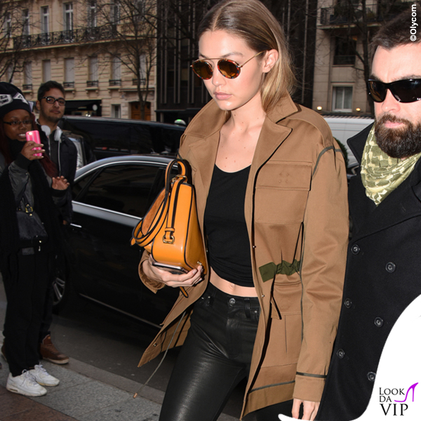Gigi Hadid giacca Versace scarpe Kurt Geiger Britton borsa Miu Miu Dahlia occhiali Krewe
