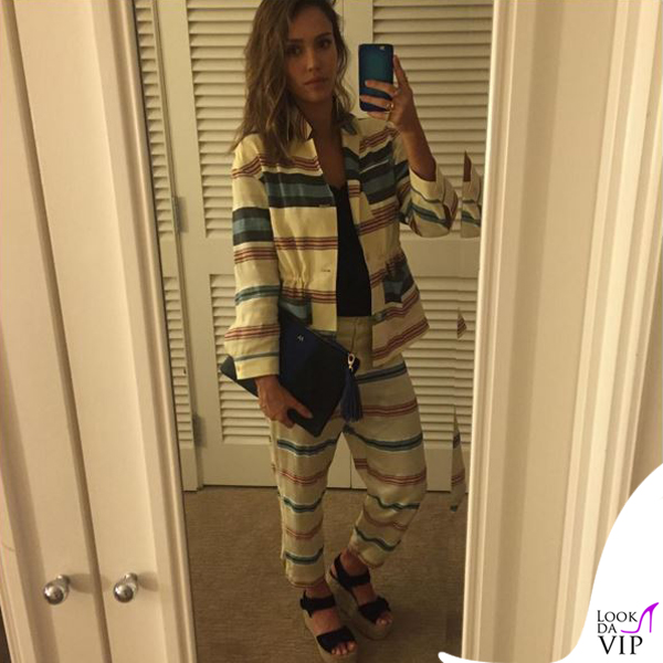 Jessica Alba giacca pantaloni H&M scarpe Celine borsa Target