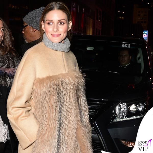 Olivia Palermo cappotto Max Mara maglione Zadig et Voltaire jeans Black Orchid scarpe Tabitha Simmons