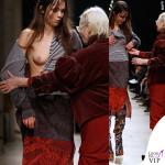 La Westwood riveste il seno della modella