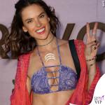 Alessandra Ambrosio Coachella bikini Ambrosio shorts Re Done kimono Jens Pirate Booty sandali Weitzman 2