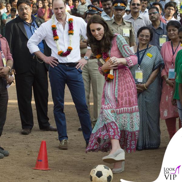 Kate Middleton India primo giorno abito Anita Dongre zeppe Monsoon orecchini Accessorize