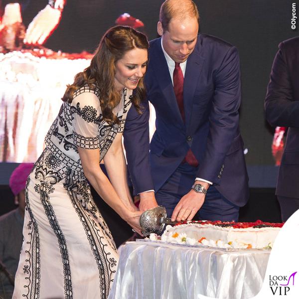 Kate Middleton India secondo giorno top gonnaTemperley London sandali Gianvito Rossi clutch Prada