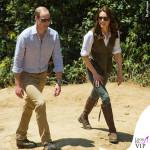 Kate Middleton India sesto giorno camicia Jeager gilet Really Wild Clothing stivali Penelope Chilvers orecchini Kiki McDonough occhiali Rayban