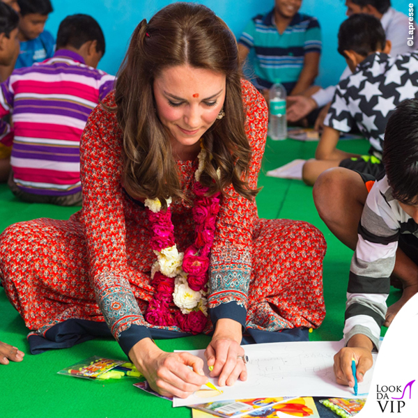 Kate Middleton India terzo giorno abito Glamorous ballerine Russell and Bromley orecchini Accessorize