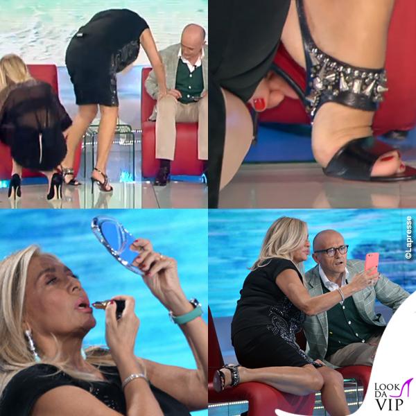 Mara Venier quinta puntata Isola dei Famosi gonna maglia Richmond Black Label sandali Cesare Paciotti