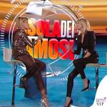 Simona Ventura settima puntata Isola dei Famosi abito Elisabetta Franchi sandali Christian Louboutin 11