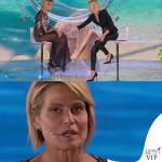 Simona Ventura settima puntata Isola dei Famosi abito Elisabetta Franchi sandali Christian Louboutin 8
