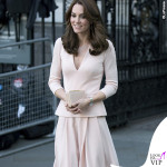 Kate Middleton abito McQueen scarpe clutch LKBennet collana Monica Vinader