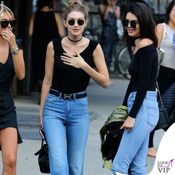 Hailey Baldwin Gigi Hadid e Kendall Jenner top HM jeans ReDone stivali Kenneth Cole borsa Givenchy occhiali Elizabeth and James 2