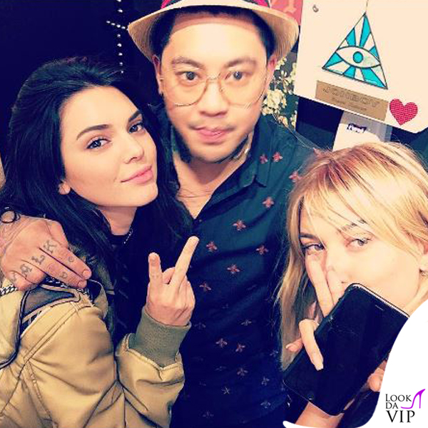 Kendall Jenner e Hailey Baldwin top HM jeans ReDone stivali Kenneth Cole borsa Givenchy occhiali Elizabeth and James