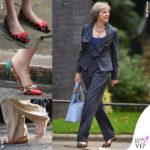 La sobrietà sparisce ai piedi di Theresa May