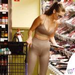 Bella Hadid top e leggings Alo sneakers Adidas occhiali Quay 2